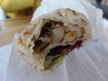 Ciérrese encima de imagen de un abrigo del shawarma del pollo fotografía de archivo libre de regalías
