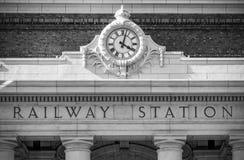 Ciérrese encima de imagen de un reloj ferroviario redondo grande Imágenes de archivo libres de regalías