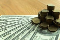 Ciérrese encima de intercambio de dinero del objeto con las propiedades inmobiliarias Contrate en el comercio de un concepto del  fotos de archivo libres de regalías