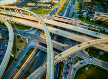 Ciérrese encima de intercambio, los lazos, y la autopista 35 de las carreteras y carretera de peaje 45 Austin Texas Transportatio Fotografía de archivo libre de regalías