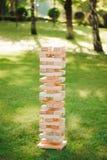Ciérrese encima de juego de madera de los bloques Juego al aire libre gigante del bloque La torre de bloques de madera fotos de archivo libres de regalías
