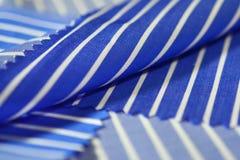 Ciérrese encima de línea azul de la tela de la textura y del blanco de la camisa Imagenes de archivo