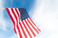 Ciérrese encima de la bandera de los Estados Unidos de América en el backgroun del cielo azul foto de archivo