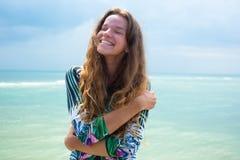 Ciérrese encima de la belleza atractiva con el pelo largo moreno mullido, la sonrisa que está pasando alegre tiempo en una pared  Fotografía de archivo libre de regalías