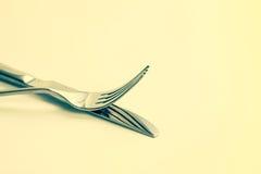 Ciérrese encima de la bifurcación y del cuchillo dinning de los cubiertos con el plato encendido Foto de archivo libre de regalías
