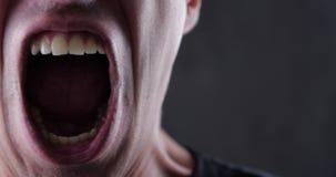Ciérrese encima de la boca del hombre enojado que grita Violencia del peligro almacen de metraje de vídeo