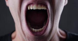 Ciérrese encima de la boca del hombre enojado que grita Violencia del peligro metrajes