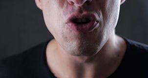 Ciérrese encima de la boca del hombre enojado que grita Violencia del peligro almacen de video