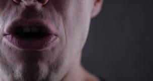 Ciérrese encima de la boca del hombre enojado que grita Violencia del peligro pedazo 4K 10 metrajes