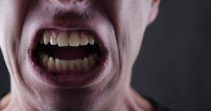 Ciérrese encima de la boca del hombre enojado que grita Violencia del peligro pedazo 4K 10 almacen de metraje de vídeo