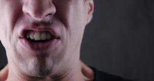 Ciérrese encima de la boca del hombre enojado que grita Violencia del peligro pedazo 4K 10 almacen de video