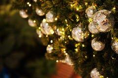 Ciérrese encima de la bola de espejo o de la bola de la Navidad a decorativo para el festival de la Navidad con el fondo del boke Imágenes de archivo libres de regalías