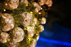 Ciérrese encima de la bola de espejo o de la bola de la Navidad a decorativo para el festival de la Navidad con el fondo del boke Fotografía de archivo