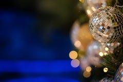 Ciérrese encima de la bola de espejo o de la bola de la Navidad a decorativo para el festival de la Navidad con el fondo del boke Imagenes de archivo