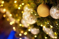 Ciérrese encima de la bola de espejo o de la bola de la Navidad a decorativo para el festival de la Navidad con el fondo del boke Foto de archivo libre de regalías