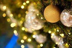 Ciérrese encima de la bola de espejo o de la bola de la Navidad a decorativo para el festival de la Navidad con el fondo del boke Fotos de archivo libres de regalías