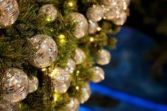 Ciérrese encima de la bola de espejo o de la bola de la Navidad a decorativo para el festival de la Navidad con el fondo del boke Imagen de archivo libre de regalías