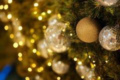Ciérrese encima de la bola de espejo o de la bola de la Navidad a decorativo para el festival de la Navidad con el fondo del boke Fotografía de archivo libre de regalías