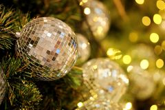 Ciérrese encima de la bola de espejo o de la bola de la Navidad a decorativo para el festival de la Navidad con el fondo del boke Fotos de archivo