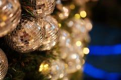 Ciérrese encima de la bola de espejo o de la bola de la Navidad a decorativo para el festival de la Navidad con el fondo del boke Imagen de archivo