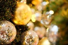 Ciérrese encima de la bola de espejo o de la bola de la Navidad a decorativo para el festival de la Navidad con el fondo del boke Foto de archivo