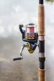 Ciérrese encima de la caña de pescar con el carrete Imagen de archivo