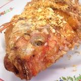 Ciérrese encima de la cabeza frita de los pescados en la placa Imagen de archivo libre de regalías