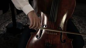 Ciérrese encima de la cacerola tirada de un jugador del violoncelo almacen de metraje de vídeo