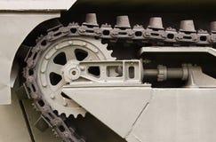 Ciérrese encima de la cadena de acero de la rueda del tanque Imagenes de archivo