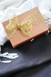 Ciérrese encima de la caja de regalo de oro Imagen de archivo libre de regalías