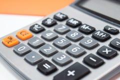 Ciérrese encima de la calculadora del diseño de negocio en oficina del trabajo Imagen de archivo libre de regalías