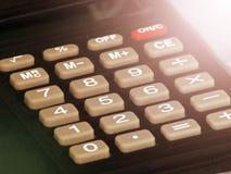 Ciérrese encima de la calculadora del diseño de negocio en la oficina del trabajo, foco selectivo Foto de archivo libre de regalías