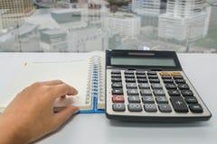 Ciérrese encima de la calculadora del uso del consejero del contable para el problema de las finanzas fotos de archivo