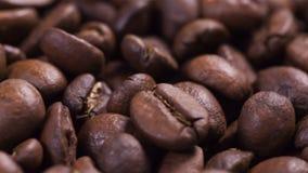 Ciérrese encima de la cantidad de girar los granos de café asados metrajes