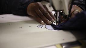 Ciérrese encima de la cantidad de una máquina de coser industrial almacen de metraje de vídeo