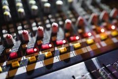 Ciérrese encima de la cantidad del mezclador audio Panel de control sano en el concierto imágenes de archivo libres de regalías