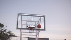 Ciérrese encima de la cantidad de un jugador de básquet de la chica joven que entrena y que ejercita al aire libre en la corte lo almacen de metraje de vídeo