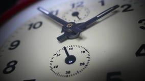 Ciérrese encima de la cantidad de un reloj viejo y de su hacer clic de la mano de segundos metrajes