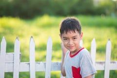 Ciérrese encima de la cara feliz del muchacho al aire libre en el tiempo de la puesta del sol blanco y negro Fotos de archivo
