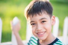 Ciérrese encima de la cara feliz del muchacho al aire libre en el tiempo de la puesta del sol blanco y negro Fotos de archivo libres de regalías