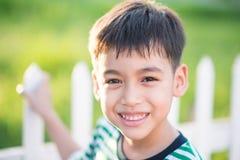 Ciérrese encima de la cara feliz del muchacho al aire libre en el tiempo de la puesta del sol blanco y negro Imagen de archivo libre de regalías