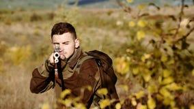 Ciérrese encima de la carabina de los francotiradores en la caza al aire libre Gran juego Licencias de caza Cazador furtivo con e almacen de video