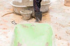 ciérrese encima de la carretilla y de trabajadores en la construcción del lugar de trabajo fotos de archivo libres de regalías