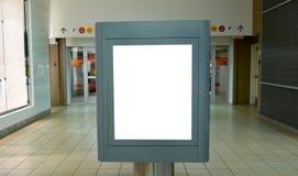 Ciérrese encima de la cartelera blanca para su anuncio fotos de archivo