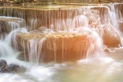 Ciérrese encima de la cascada de la corriente de las capas Imágenes de archivo libres de regalías