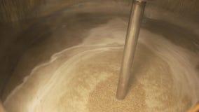 Ciérrese encima de la cerveza que cocina en un tanque de la cervecería almacen de metraje de vídeo