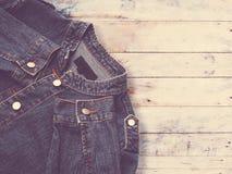 Ciérrese encima de la chaqueta azul del dril de algodón Imagenes de archivo