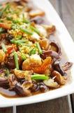Ciérrese encima de la comida china de la seta y del camarón fritos fotografía de archivo libre de regalías