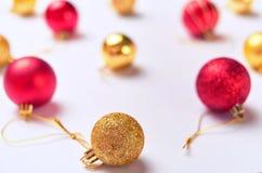 Ciérrese encima de la composición con las bolas de oro y rosadas de la Navidad en un w Fotografía de archivo libre de regalías