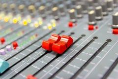 Ciérrese encima de la consola de mezcla de un sistema de alta fidelidad grande, el equipo de audio foto de archivo libre de regalías